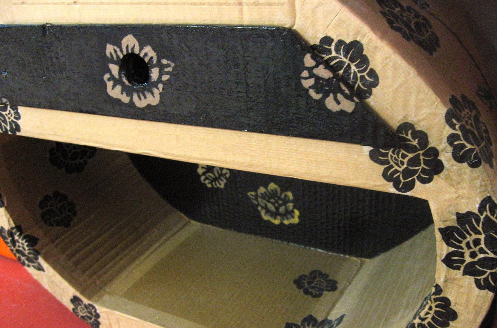 Vernis Ou Vitrificateur Sur Un Meuble Peint décorer un meuble avec du papier | pratique.fr