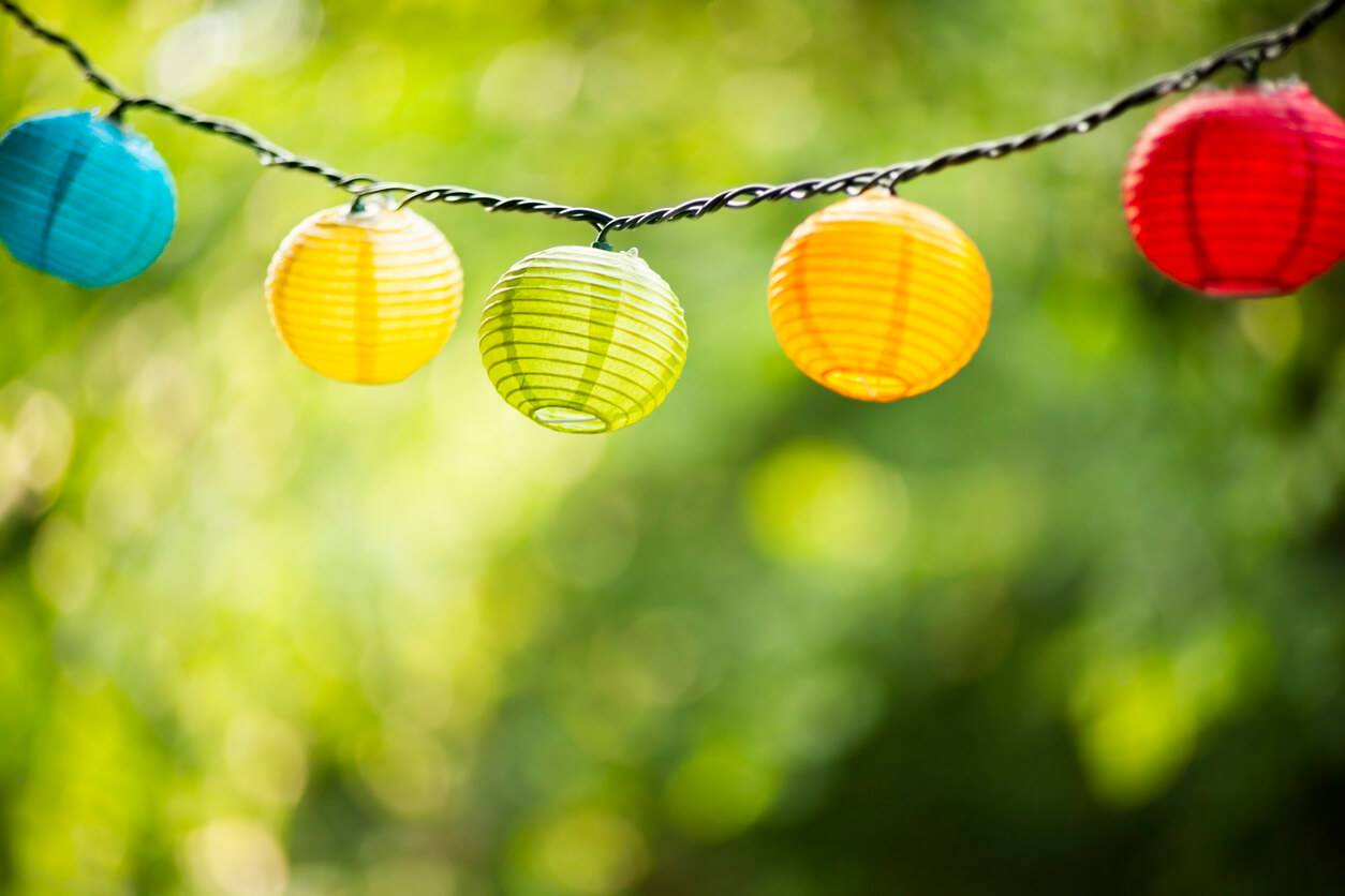 D corer mon jardin avec des lanternes suspendues for Decorer mon jardin