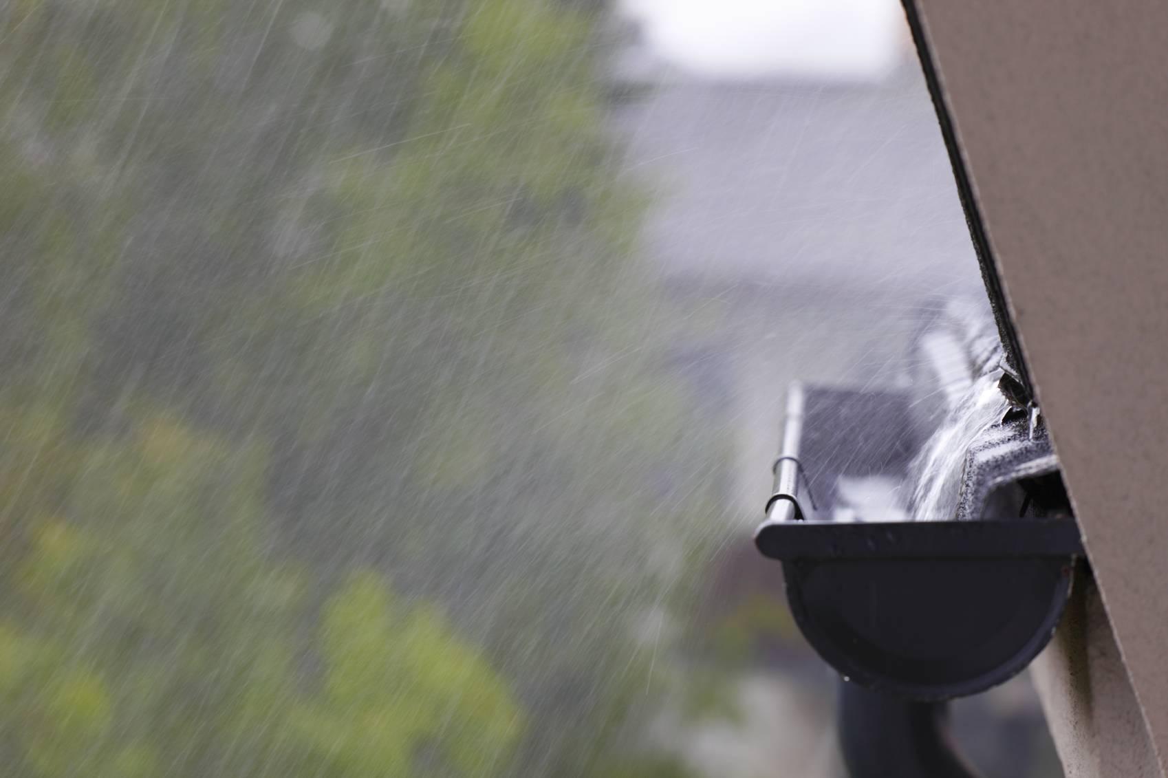 sur toiture evacuation des eaux pluie est une necessite. Black Bedroom Furniture Sets. Home Design Ideas