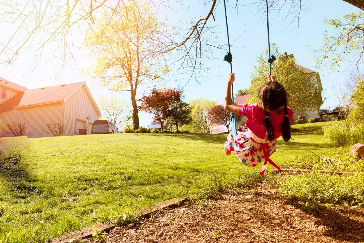 Les astuces pour installer une balan oire dans son jardin - Installer un poulailler dans son jardin ...
