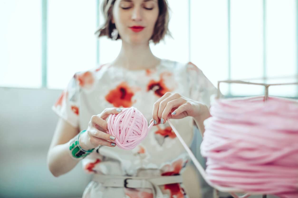 life style   d u00e9couvrez une nouvelle fa u00e7on de tricoter avec le arm knitting