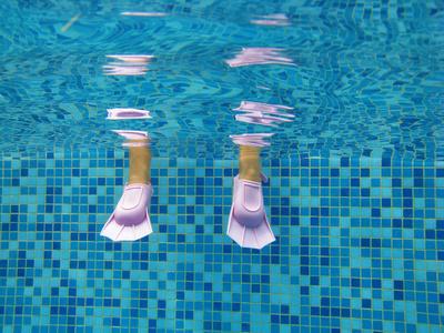 Nager avec des palmes nos conseils - Nager en piscine avec des palmes ...