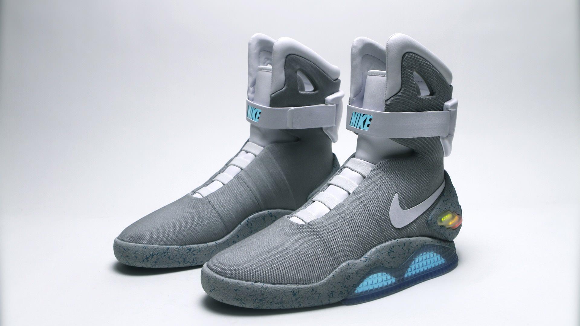 timeless design f1526 ae0fb Les célèbres baskets Nike portées par Marty McFly dans Retour vers le futur  2 seront commercialisées en 2015. Lentreprise américaine à la virgule la  ...