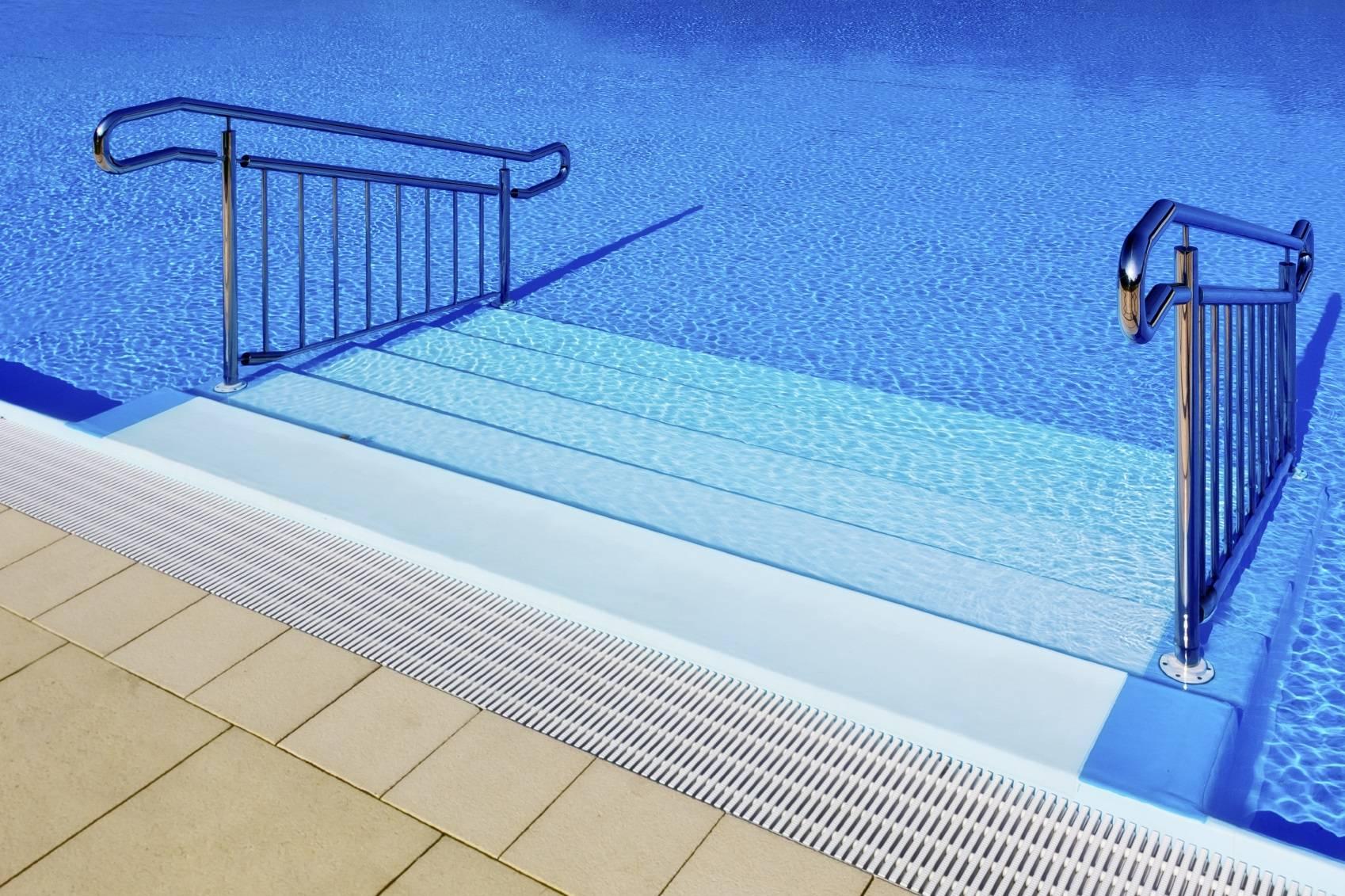 Choix d 39 un escalier pour piscine for Escalier piscine