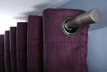 Tringle a rideau poser une tringle rideaux - Comment mettre des oeillets sur des rideaux ...