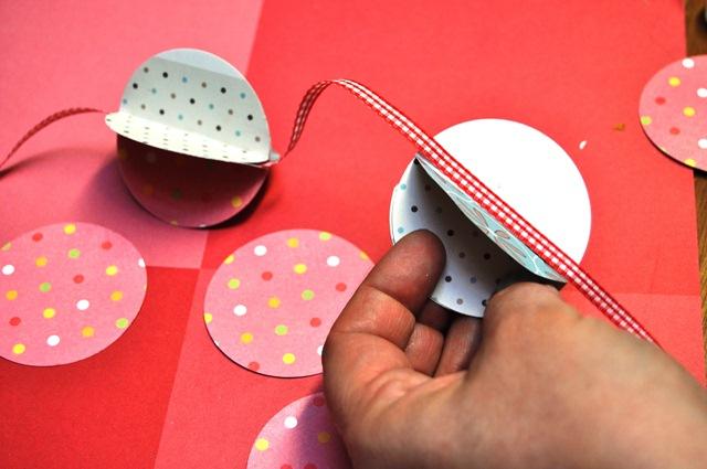 Comment fabriquer une guirlande en papier astuces - Fabriquer une boule en papier ...