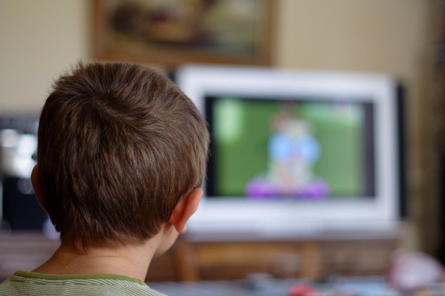 faut il surveiller ce qu 39 un enfant regarde la tv. Black Bedroom Furniture Sets. Home Design Ideas