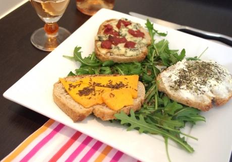 recette des tartines sal es aux trois fromages. Black Bedroom Furniture Sets. Home Design Ideas