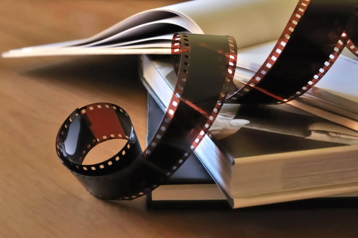 Vendredi lecture : vaut-il mieux lire un livre avant de voir son adaptation  au cinéma ? | Pratique.fr