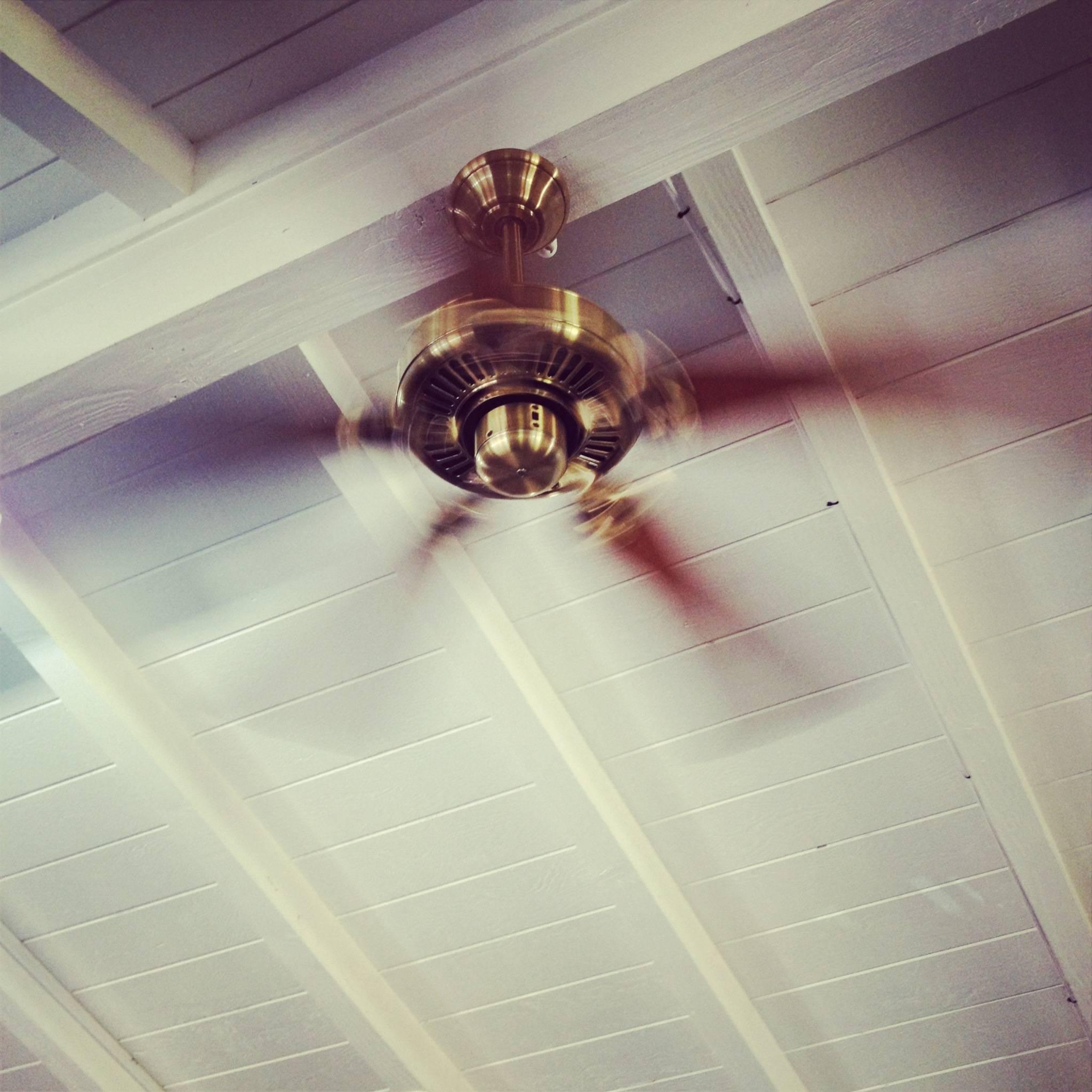 decorer r guler la temp rature avec un ventilateur plafonnier. Black Bedroom Furniture Sets. Home Design Ideas